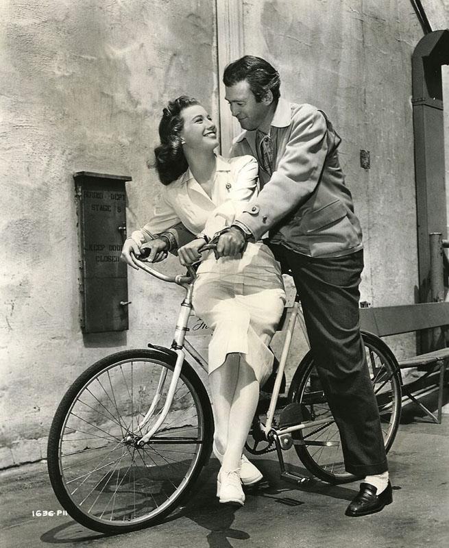 Джеймс Стюарт и Пегги Доу на велосипеде. 1950 год.