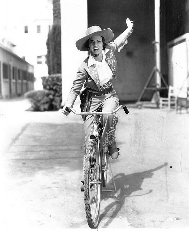 Энн Лоринг катается на велосипеде. 1936 год.
