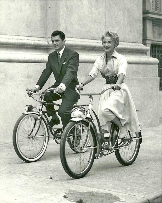 Эдвард Пурдом и Джейн Пауэлл катаются на велосипедах. 1954 год.