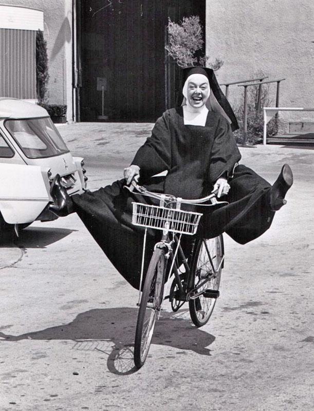 Розалинда Рассел катается на велосипеде. 1966 год.