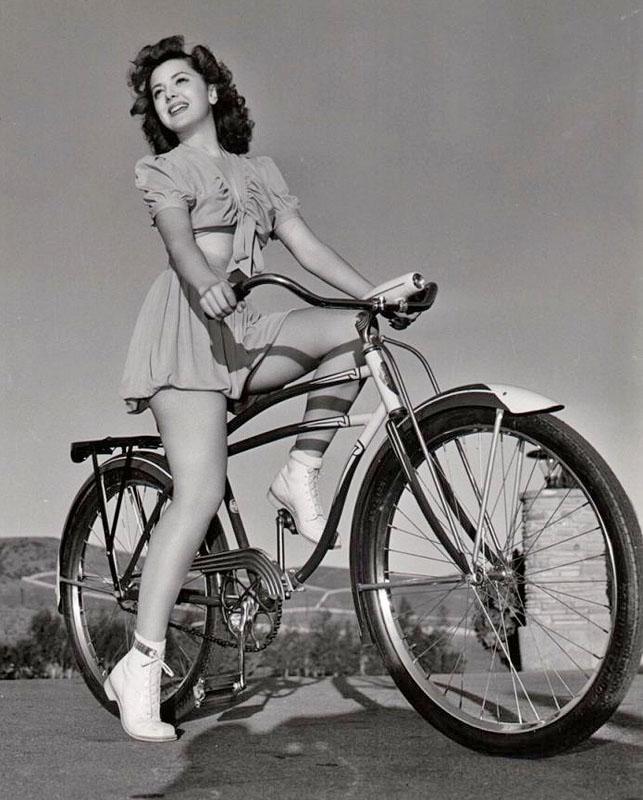 Энн Резерфорд позирует фотографу на велосипеде. 1942 год.