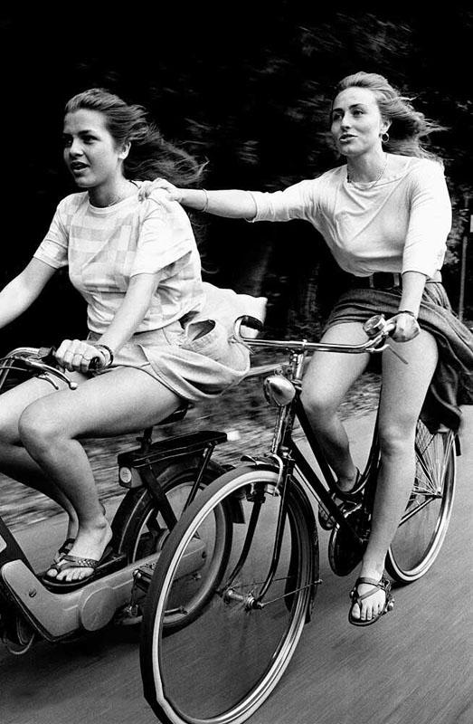 девушки на велосипеде и мотороллере