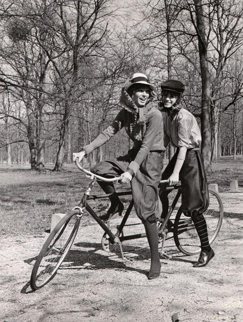 Джоанна Шимкус и Филлис Майор на велосипеде-тандеме. 1965 год.