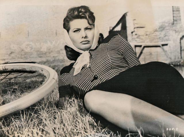 Софи Лорен отдыхает на велосипеде. 1957 год