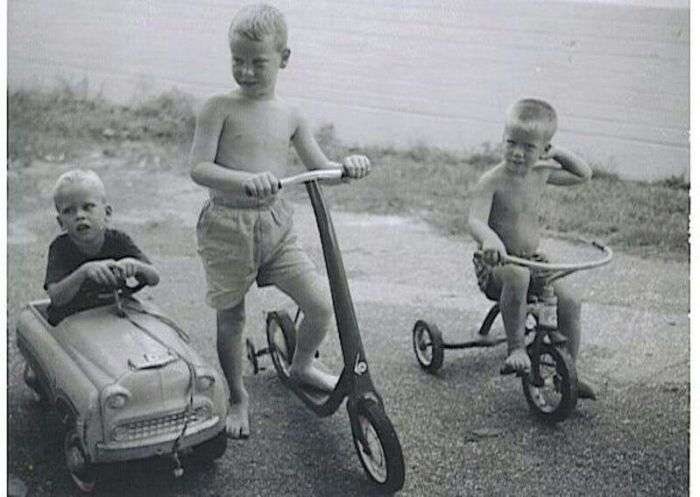 детский самокат, трехколесный велосипед и детская машина