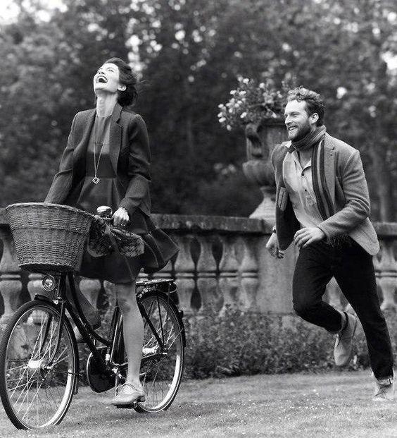 девушка на дорожном велосипеде фотография чб