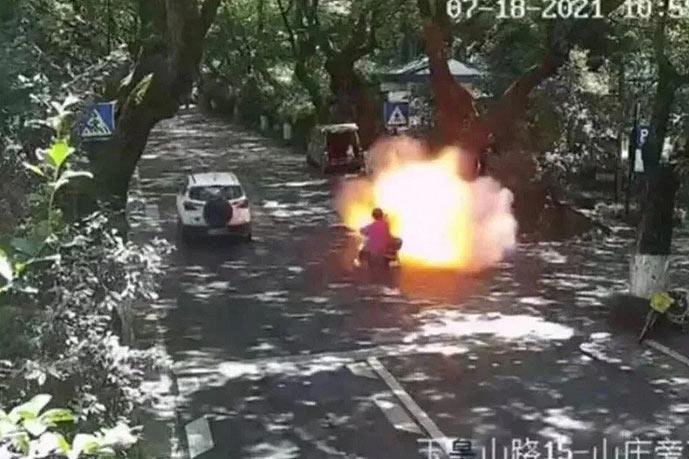 Взрыв электроскутера в Китае