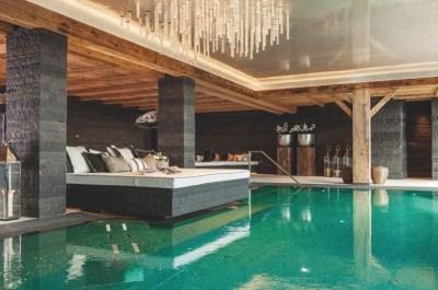 immobilier de luxe - piscine avec lit