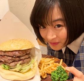 肉好きの森七菜が食べるハンバーガー