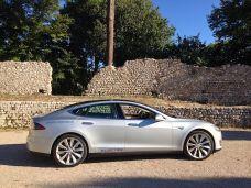 """Der silberne Tesla Model S von Rafael de Mestre, dem Elektroauto-Pionier, der als erster mit dem Tesla Roadster die Welt elektrisch umrundet hat. Der dezente """"Electric""""-Aufkleber kostet € 15 + MWSt. und ist in silber erhältlich. Andere Farben sind auf Anfrage auch möglich :) Bestellungen am besten direkt an Rafael: rafael@mestre.es"""