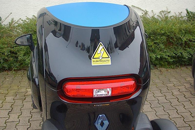 Super Platz für den gelben Elektroauto-Sticker am Heck des Twizys.