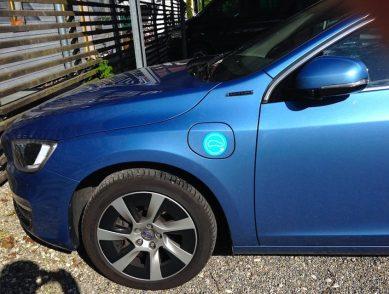 "Volvo V60 Plug-In. Passt ideal auf den Tank- äh ""Lade-Deckel"". {:-)"