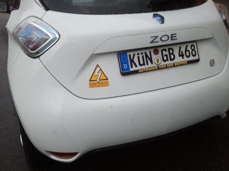 ZOE in trendigen weiß mit orangen Strom-gegen-Strom-Sticker.