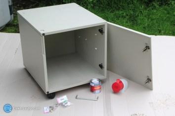 """Hier das """"Bürokasterl"""" im noch-Originalzustand mit dem benötigten Zubehör (CEE 32 Ah-Steckdose, Scharniere, Schloss zum Absperren, Kleinteile, Farbe)."""