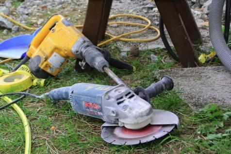 Beide Werkzeuge haben über 1 kW. Vorne die Flex (Trennscheibe), hinten der Kombihammer zum Meißeln.
