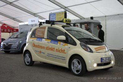 """""""Ökostrom stinkt nicht"""" - wie wahr! Auch wenn der iMiEV noch nicht mit wirklich großen Reichweiten imponieren kann, als Stadtauto ist er fast perfekt. Als innerstädtisches Taxi ist er dafür sicher sehr gut geeignet."""