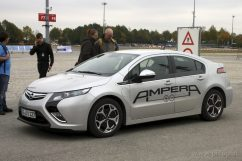 """Den Opel Ampera konnten wir leider nicht testen. Einerseits war ständig einer unterwegs und beim Opel-Stand in der """"Boxengasse"""" war niemand anwesend, wo man sich eintragen hätte können. Das empfanden wir bei Renault und Nissan als besser organsiert. Schade, interessiert hätte er mich schon."""