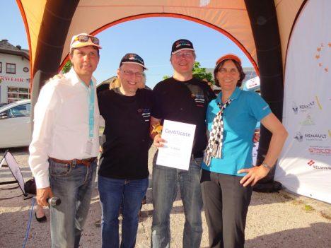 eTour Leiter Werner Hillebrand-Hansen, die zwei Sieger Dirk Asmus und Heiner Sietas vom Team LEMnet und Marita Hansen