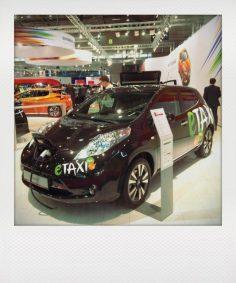 Meistverkauftes E-Auto der Welt: Nissan Leaf, hier als eTaxi zu se- hen. Das spart Energiekosten und ist ef zenter als jedes Diesel-Taxi.