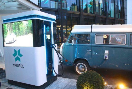 Die stärkste Ladestation am Kreiselplatz. Der Power Charger mit integriertem 104 kWh-Speicher hat 4 vier Ladepunkte, zwei davon CCS mit 150 kW Ladeleistung, Typ2 mit 22 kW. Der angesteckte T2-Bus von VW ist ein Projekt von Kreisel, welches mit einem darüber überglücklichen Schweizer umgesetzt wurde. Der Bus kann nämlich bidirektional laden, d.h. Strom auch ins Haus zurückspeisen. Foto: Elektroautor.com