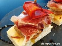 Tosta de solomillo, foie, jamón, pimiento asado y vinagre balsámico