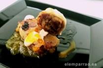 Canelón crujiente con confit de pato, chutney de mango y maracuyá