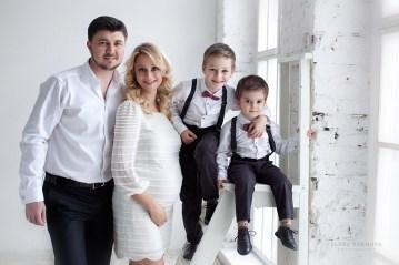 Фотосессия беременной с мужем и детьми