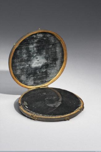 Fra gli strumenti di Dee, specchio in custodia di pelle di squalo, dalla collezione del Science Museum, London.