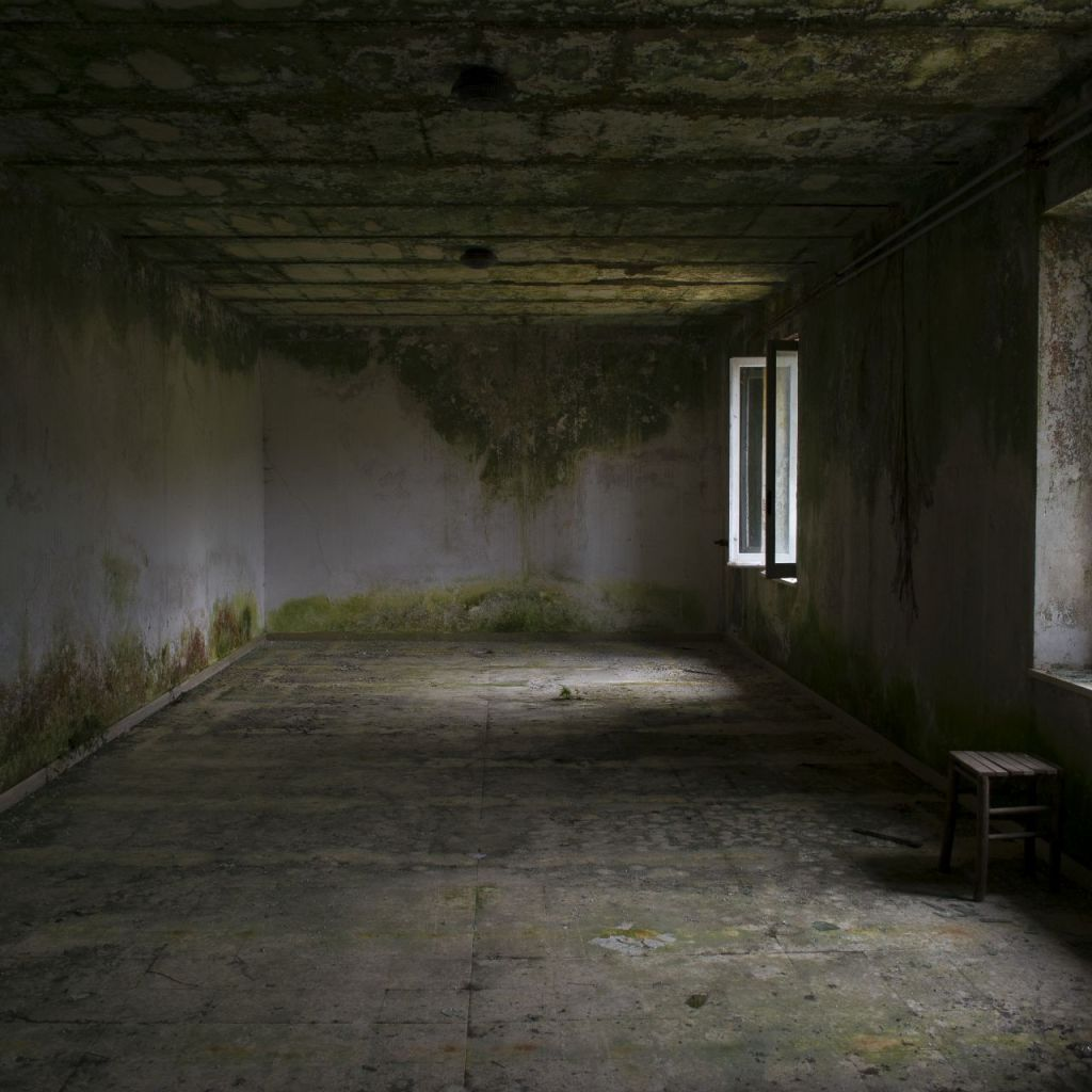 Almost empty room that recalls an oriental space, urbex exploration