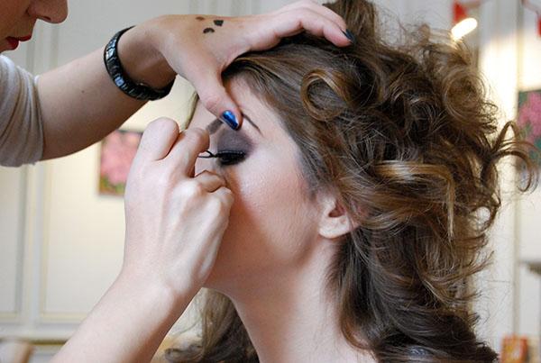 Pasul 8: aplică mascara și opțional și o pereche de gene false. Folosește o pensetă pentru aplicarea lor cât mai aproape de linia genelor naturale.