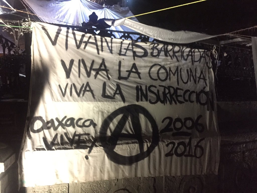 A banner tonight in Oaxaca: Long live the barricades - Long live the commune - Long live the insurrection 2006-2016