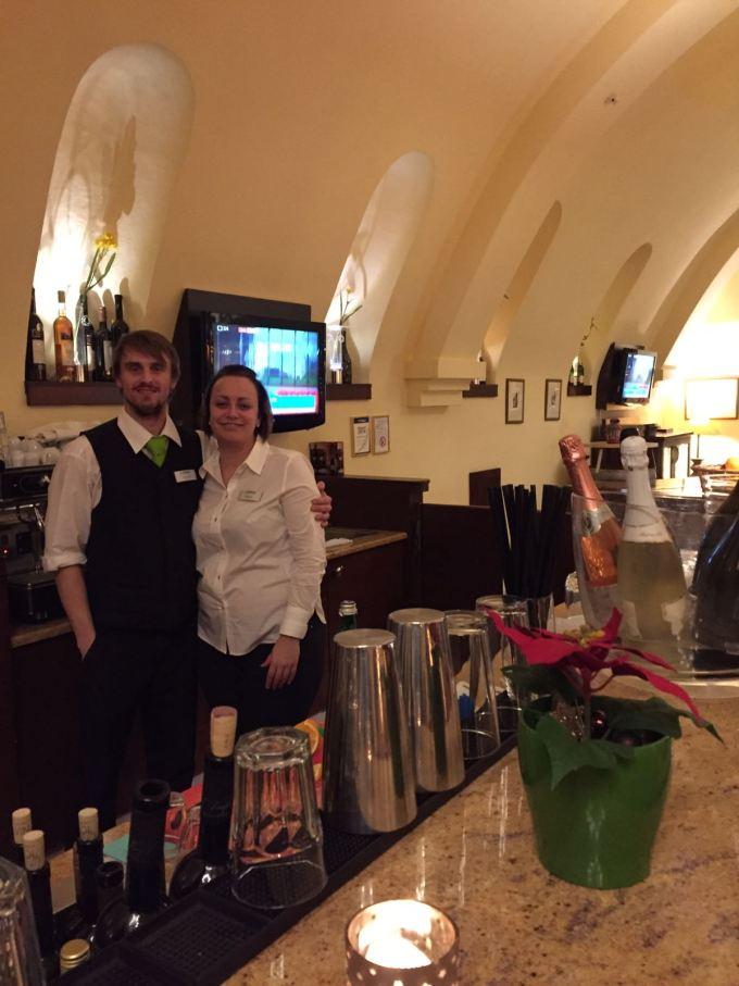 Il romantico buio della vecchia Praga barman hotel lindner