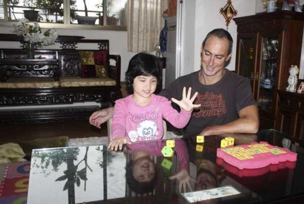 孩子在遊戲中學習英文