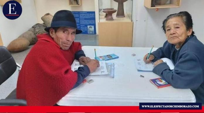El 28 de octubre inician clases los jóvenes y adultos pertenecientes a la Campaña Todos ABC; debido a la crisis sanitaria, los estudiantes realizarán sus actividades mediante el uso de herramientas tecnológicas. Foto: Ministerio de Educación del Ecuador.