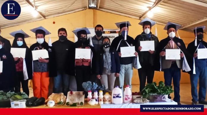 Promotores reciben certificados. Foto: MAG.