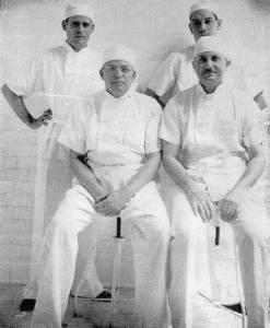 De pie: Dr. Carlos Luis Valverde y Dr. Quirce. Sentados: Dr. Ricardo Moreno Cañas; Dr. Carlos M. Echandi.