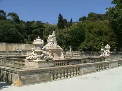 Utazás lakóautóval Avignon - Nimes, Jardin de Fontaine szobrokkal
