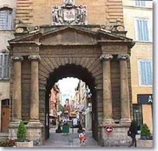 Utazás lakóautóval Provence - Salon de Provence, régi városkapu