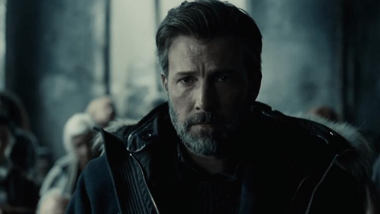El traje y la moto de Ben Affleck se muestran en fotos más detalladas de la película de The Flash