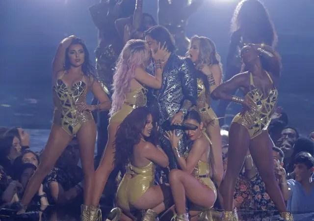 ¡No se resistió! Bailarina le robó un beso a Maluma en pleno escenario de los MTV VMA ? [Video]