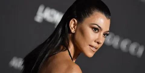 Kourtney Kardashian se mostró topless junto a su novio
