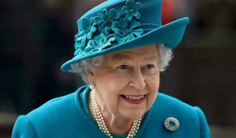 Por primera vez: La reina Isabel II asistió a un evento usando bastón