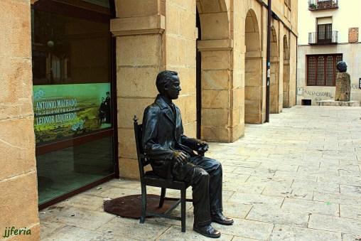 Escultura de Antonio Machado junto a los soportales del Instituto que lleva su nombre en Soria donde impartió sus clases de Francés.