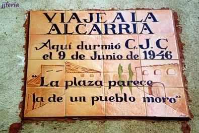 """Placa que recuerda el paso de Cela: En este pueblo se le complicó la estancia tal como recuerda en la dedicatoria sin nombrarlo: """"Me encerraron por orden del alcalde…"""""""