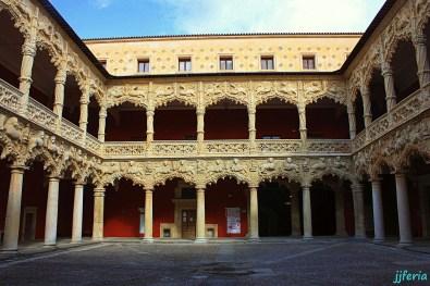 Patio de los Leones del Palacio del Infantado.