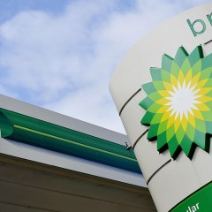 """Tapatíos se forman horas para cargar en British Petroleum; """"es más barata y litros de a litro"""" dicen"""