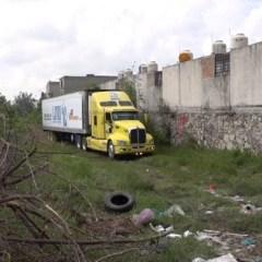 Autoridades abandonan 157 cadáveres en un trailer