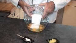 Añadimos azúcar a los huevos