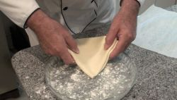Ponemos harina en el plato para horno