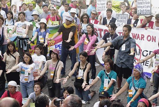 Japanese_protest_-_WSF2003
